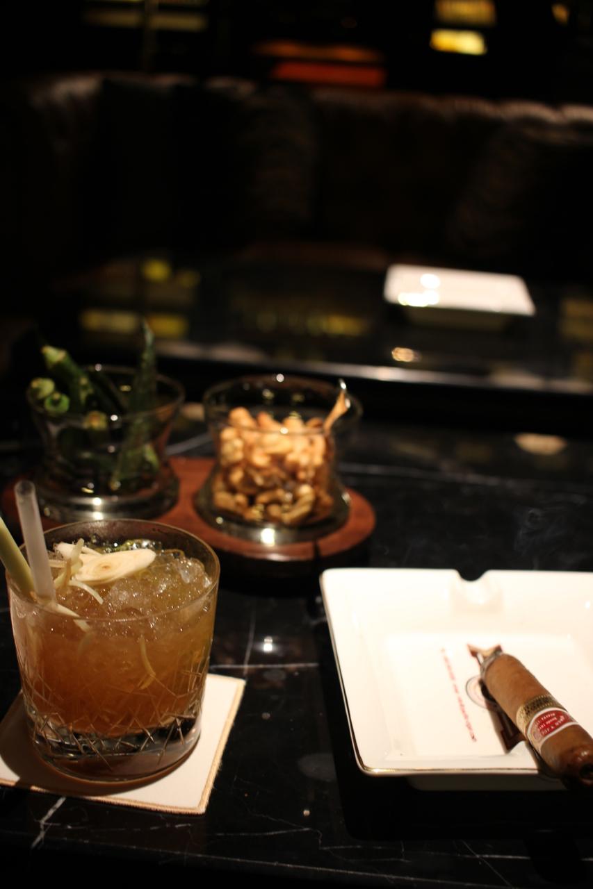 ザ・バンブー バーでシガーを | マンダリン オリエンタル ホテル バンコク